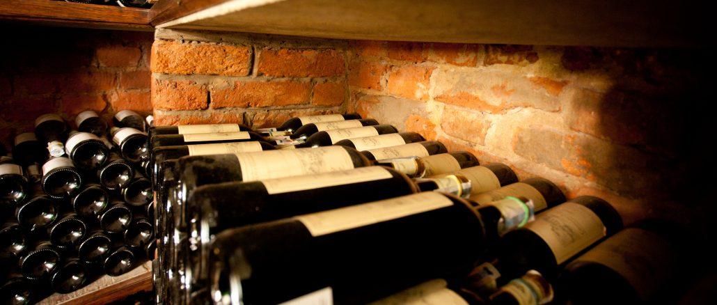Lager af vinflasker til vinklub